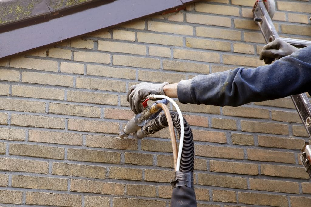 cavity wall insulation by injecting microbead pearls in the cavity wall
